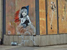 Banksy kritisiert mit einem Stencil den Einsatz von Tränengas in französischem Flüchtlingslager | KlonBlog