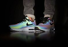 This Glow in the Dark Airmax Shoes makes me want to buy it ASAP.