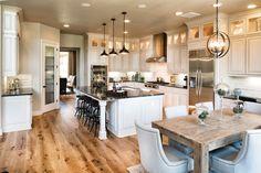 Светлые кухни с патиной: вневременная классика и 85 избранных интерьерных сочетаний http://happymodern.ru/kuxni-klassika-svetlye-s-patinoj-foto/ Белый цвет в интерьере поможет сделать комнату визуально просторнее