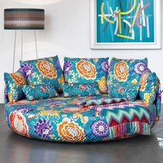 Un canapé coloré et fleuri, Missoni Home sur lequel on s'assoit à plusieurs ou on s'allonge pour une petite sieste. Ses couleurs flamboyantes nous donnent envie d'être en été sans passer par la case hiver.