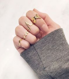 Les beaux p'tits détails  #lookdujour #ldj #details #rings #gold #stackedrings #ootd #inspiration #style #fashion #regram  @makkojewelry