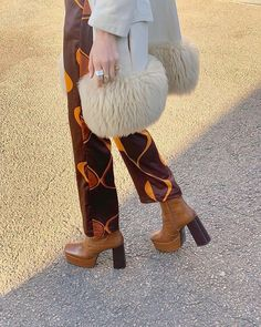 There is 1 tip to buy pants. 70s Inspired Fashion, 70s Fashion, Fashion Killa, Look Fashion, Winter Fashion, Fashion Outfits, Trendy Fashion, Fashion Shoes, Estilo Ivy