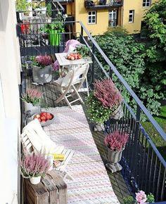 Oser le rose pour la déco du balcon | My Blog Deco Narrow Balcony, Small Balcony Garden, Small Balcony Decor, Balcony Plants, Balcony Design, Potted Plants, Balcony Ideas, Small Balconies, Small Terrace