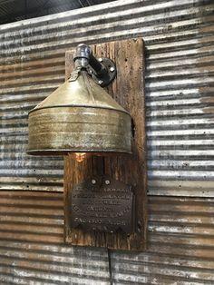 upcycle id es lampe murale design Industrial Artwork, Industrial Design Furniture, Vintage Industrial Furniture, Industrial Wall Sconces, Industrial Chair, Industrial Office, Industrial Interiors, Modern Industrial, Farmhouse Lighting