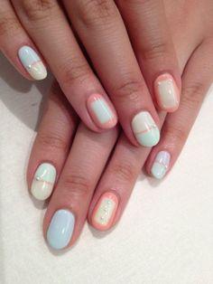 Colourblocken is hip, ook op je nagels. Combineer het met een beetje bling hier en daar voor een extra fancy touch. (via Flair.be - http://www.flair.be/nl/beauty/279200/14-allerleukste-pastelnagels-van-pinterest)