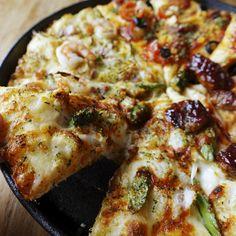 【冬のクワトロリッチ☆お持ち帰りがおトク!】 1枚買うともう1枚無料の『BUY 1 GET 1 FREE!』 1枚のご注文ならMサイズ¥1,000~の『SINGLE PIZZA TO GO!』 お持ち帰り特典が選べるから、人気のピザがおトクになる!! #ドミノピザ #ピザ #ひらけおいしさ #冬のクワトロリッチ #お持ち帰り #dominos #pizza #food #yum