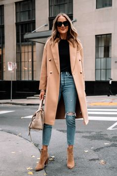 Everyone should have a camel coat in their closet by now - it's a wardrobe staple every woman must own! Recreate this easy outfit with your camel coat to look polished in a snap! #easyoutfit #outfittip