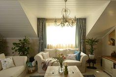 Otthonos tetőtér vidéki stíluselemekkel egy budapesti családi házban