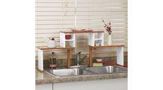 Crea un mayor espacio en la cubierta comprando esta repisa para el fregadero.