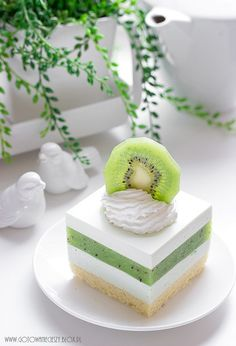 Sernik z musem z kiwi - Gotuję, bo lubię Just Desserts, Delicious Desserts, Yummy Food, Sweet Recipes, Cake Recipes, Dessert Recipes, Kiwi Dessert, Kiwi Cake, Homemade Sweets