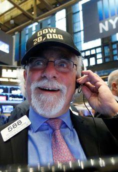 """Los analistas creen que el Dow Jones tardará en afianzar los 20.000 puntos  El índice Dow Jones de Industriales, de la Bolsa de Nueva York, superó al cierre de la jornada del miércoles los 20.000 puntos por primera vez en su historia. Los analistas consideran que es una barrera """"psicológica"""" y que tardará en afianzarse, como sucedió en 1999 cuando tocó por primera vez los 10.000 puntos y tardó diez años en consolidar ese nivel.  La nueva situación política que vive Estados Unidos con la…"""