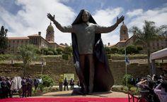 Um dia após enterro, Nelson Mandela ganha uma estátua de bronze de nove metros como parte do Dia da Reconciliação.