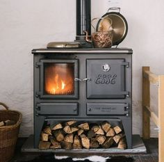 hygge home with a beautiful wood stove Casa Hygge, Hygge Home, Country Interior Design, Interior And Exterior, Wood Burning Cook Stove, English Country Kitchens, Devol Kitchens, Stove Fireplace, Fireplace Ideas