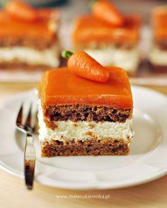 Typowa jesienne propozycja, czyli ciasto z marchewką, przełożone kremem cytrynowym.