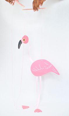Kijk wat ik gevonden heb op Freubelweb.nl: een gratis printable van Handmade Charlotte om deze flamingo marionette te maken https://www.freubelweb.nl/freubel-zelf/zelf-maken-met-papier-flamingo/