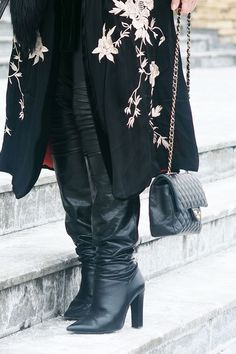 Je pro vás kombinování různých stylů oříškem nebo procházkou růžovou zahradou? Jaké styly nejraději kombinujete? #skolastylu #inspirace #styling #jakseoblekat #jaknosit Courtney Love, Primark, Hulk, Knee Boots, Kimono, Chanel, Shoes, Fashion, Moda