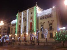 Ayuntamiento de Jáen engalanado con iluminación navideña.