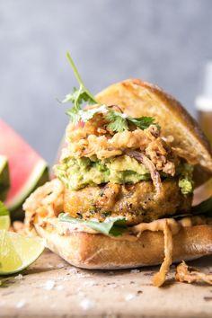 Jalapeno Cheddar Guacamole Turkey Burgers With Crispy Onions Turkey Burger Recipes, Turkey Burgers, Veggie Burgers, Hamburger Recipes, Burger Salad, Onion Recipes, Chicken Recipes, Cooking Recipes, Healthy Recipes
