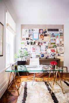 Modernes feminines Heimbüro mit einem Glasschreibtisch mit Metallbeinbeinen
