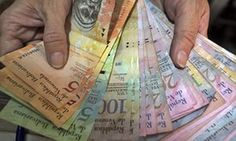 A market vendor counts bolivares at her stall in Caracas.  Venezuela to issue new bolivar banknotes after dramatic fall in value | World news | The Guardian