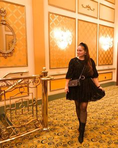 CHLOE.ROXANE - Style : I went to see the Hamilton musical in London and I am now officially a fan. As we went to the Victoria Palace Theater, I obviously had to dress up. My theater outfit features a black rushed dress, a gold buckle belt, a Night&Day bag by De Marquet with a sparkly zigzag cover, black tights, black sock boots and a black headband. If you get the chance to go see Hamilton, I can only recommend you go for it! Black Sock Boots, Black Tights, Victoria Palace Theatre, Theatre Outfit, Rush Dresses, Hamilton Musical, Black Headband, Day Bag, Day For Night