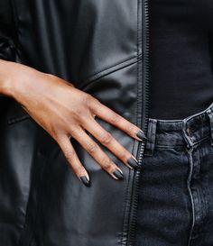 Optare per delle unghie nere opache è una scelta elegante e molto chic. Il massimo dell'eleganza per una manicure evergreen. French Manicure, Leather, Fashion, Elegant, Moda, Fashion Styles, Fashion Illustrations