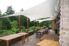 terrasoverkapping, het driedimensionale doek geeft een moderne uitstraling, dit terras is het gehele jaar te gebruiken. terrasdoek zonnezeil waterdicht doek op maat gemaakt