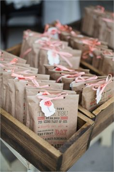 print on kraft bags to create your own unique wedding favors #regalos #bodas