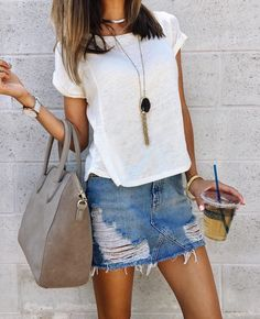 T-shirt blanc basique / jupe en jean : un combo mode toujours efficace >> #look #outfit