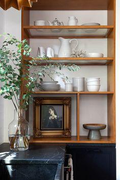 shelf styling Kitchen Trends, Kitchen Ideas, Minimalist Decor, Cool Kitchens, Interior Decorating, Decorating Kitchen, Black And White, Inspiration, Kitchen Decorations