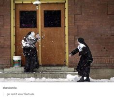 Catholic Humor: Catholic Nun's in a Snowball Fight Dankest Memes, Funny Memes, 9gag Funny, Foto One, Sneak Attack, Perfectly Timed Photos, Snowball Fight, Tumblr Funny, Funny Cute