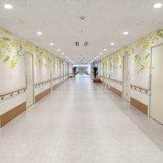 黄色くぽんぽんとかわいい花をつけるミモザ。やさしく暖かなデザインを壁面に使ってみませんか? 住宅はもちろん、病院や施設などにもぴったりです。 Plant Wallpaper, Divider, Room, Furniture, Home Decor, Bedroom, Decoration Home, Room Decor, Rooms