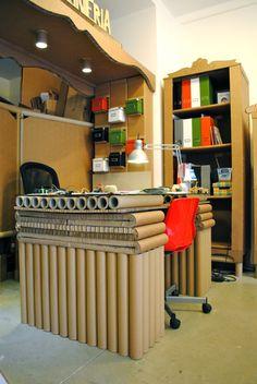 Mesa de trabajo hecha con tubos y planchas de cartón