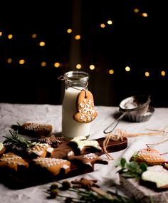 Making this festive season special with these freshly baked chocolate gingerbread cookies and healthy Christmas cake and linzer cookies. Christmas Lunch, Christmas Mood, Noel Christmas, Italian Christmas, Christmas Gift Decorations, Christmas Desserts, Christmas Treats, Christmas Food Photography, Linzer Cookies
