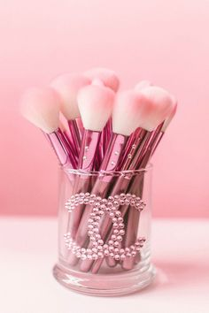 Makeup Ideas: Glam Beauty Brush set♥ Makeup Ideas & Inspiration Getting glammed should be a pretty experience, down to the last detail! The perfectly pink, girly Luxury Brush Collection is the. Makeup Storage, Makeup Organization, Make Up Brush, Rangement Makeup, Tout Rose, Beauty Brushes, Chanel Brushes, Everything Pink, Makeup Brush Set