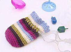 Free Crochet Pattern: Sweet Striped Pouch For Gelt and Gifts! Crochet Motifs, Bead Crochet, Crochet Yarn, Crochet Patterns, Crochet Pouch, Crochet Purses, Crochet Gratis, Free Crochet, Hanukkah Crafts