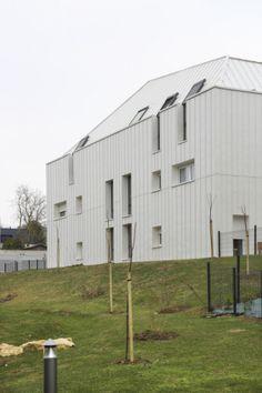 « Coteaux de la Seille » collective building in Metz (France) by Schweitzer Strasbourg,  Installer : Solotoir, Copyright : Photoarchitecture.com  #Architecture #Roofing #Cladding #BilacqueredZinc #France #Zinc #VMZINC #CollectiveHousing  #StandingSeam #Project