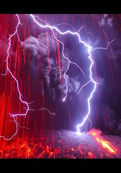 Lightning falls on a Japanese Volcano Eruption! An incredible series of photographs of lightning falling on the Japanese volcano Sakurajima, very active. Made by photographer Martin Rietze, who's fascinated by Extraordinary Natural Phenomena. Photos that All Nature, Science And Nature, Amazing Nature, Cool Pictures, Cool Photos, Beautiful Pictures, Amazing Photos, Scary Photos, Amazing Facts