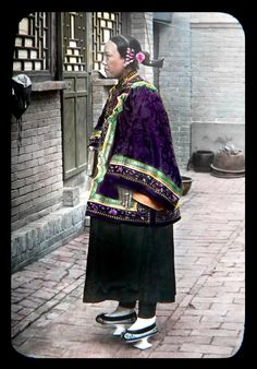 Northern China Vintage Fashion (notice the shoes and the nails) Traditional Chinese, Chinese Style, Traditional Dresses, Asian History, Chinese Clothing, Qing Dynasty, Vintage China, Vintage Photos, Vintage Cards