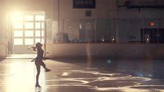 GIF descoberto por ゚✧ 𝑨̶𝒑̶𝒓̶𝒊̶𝒍̶ ✧ ゚. Descubra (e salve!) suas próprias imagens e vídeos no We Heart It Ice Skating, Figure Skating, Story Inspiration, Character Inspiration, Ice Skate Drawing, Skate Gif, Spin Out, Gif Animé, Dark Photography
