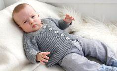 """Trøjen til de små strikkes """"sidelæns"""" fra ærme til ærme, og den strikkes i dobbelt alpakagarn, som er blødt og lunt. Opskriften er i 5 størrelser fra 1/3 mdr. til ¾ år"""