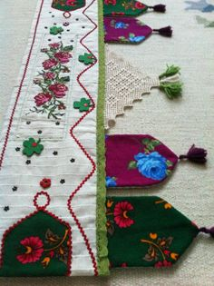 This Pin was discovered by fil Diy Craft Projects, Diy And Crafts, Sewing Projects, Embroidery Patterns, Hand Embroidery, Patchwork Curtains, Quilt Border, Produce Bags, Art N Craft