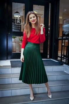 Valentine's day outfit, red sweater, pleated emerald skirt, midi skirt, green mi… – Valentines Day Gift Ideas Green Skirt Outfits, Green Pleated Skirt, Pleated Skirt Outfit, Midi Skirts, Green Top Outfit, Tulle Skirts, Tulle Dress, Rote Pullover Outfit, Mode Outfits