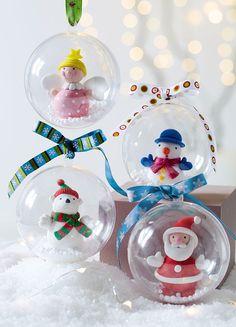 Une boule de Noël biface en plastique, de la neige de Noël en polystyrène, des rubans imprimés et des petits personnages rigolos ! Une super idée déco à offrir aux enfants pour Noël