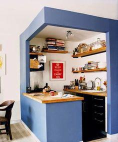 Petite cuisine avec aménagement étagères ouvertes http://www.homelisty.com/etageres-ouvertes-cuisine/