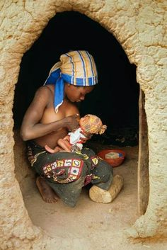 African woman breastfeeding her small baby. Breastfeeding across the world Mother And Father, Mother And Child, African Beauty, African Women, Black Is Beautiful, Beautiful People, African Culture, Mothers Love, World Cultures