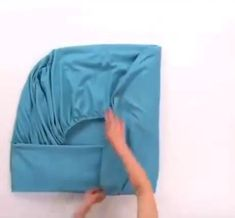 Household Cleaning Tips, House Cleaning Tips, Diy Cleaning Products, Fold Bed Sheets, Folding Fitted Sheets, Diy Clothes Life Hacks, Clothing Hacks, Simple Life Hacks, Useful Life Hacks