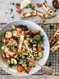 Haloumi, Zucchini, Tomaten und Couscous Salat This is a very summery couscous salad made super delicious with… HALOUMI. Because cheese if life and haloumi is so golden and salty and delicious. It's one of my favourite cheeses becau… Pearl Couscous Salad, Couscous Salat, Pearl Couscous Recipes, Couscous Salad Recipes, Pearl Barley Salad, Chicken Couscous Salad, Halloumi Salad Recipes, Cooking Couscous, Healthy Recipes