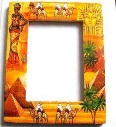 #Rama #Egipt, rama #foto cu #oameni pe #camile, #piramide si #faraoni / #Articol #lucrat #manual care face parte din categoria produselor pentru #casa / pastrare #amintiri. #Design cu oameni si #locuri din #Egipt / #Africa de Nord: piramide, #femeie imbracata in #costum #traditional, faraoni, oameni pe camile si #palmieri. Rama foto este din #lemn de #fag, a fost decorata cu tehnica servetelului si #pictata cu #acuarele #acrilice. #Culori: #portocaliu, #galben, #alb si #verde pe un #fundal…