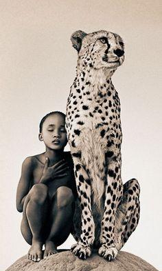 布須曼人部落女孩和獵豹由格雷戈里·科爾伯特